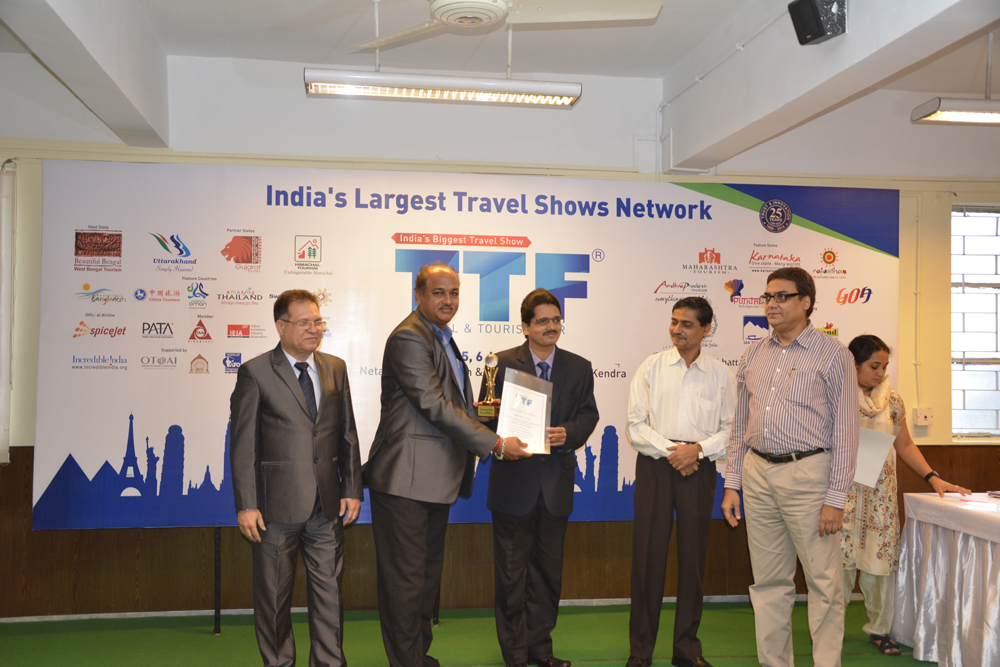 Goa Tourism officials receiving the prestigious award for Goa Pavillion by Mr. Umapada Chatterjee – Director, West Bengal Tourism and Sanjeev Agarwal, Chairman Fairfest Media Pvt. Ltd.