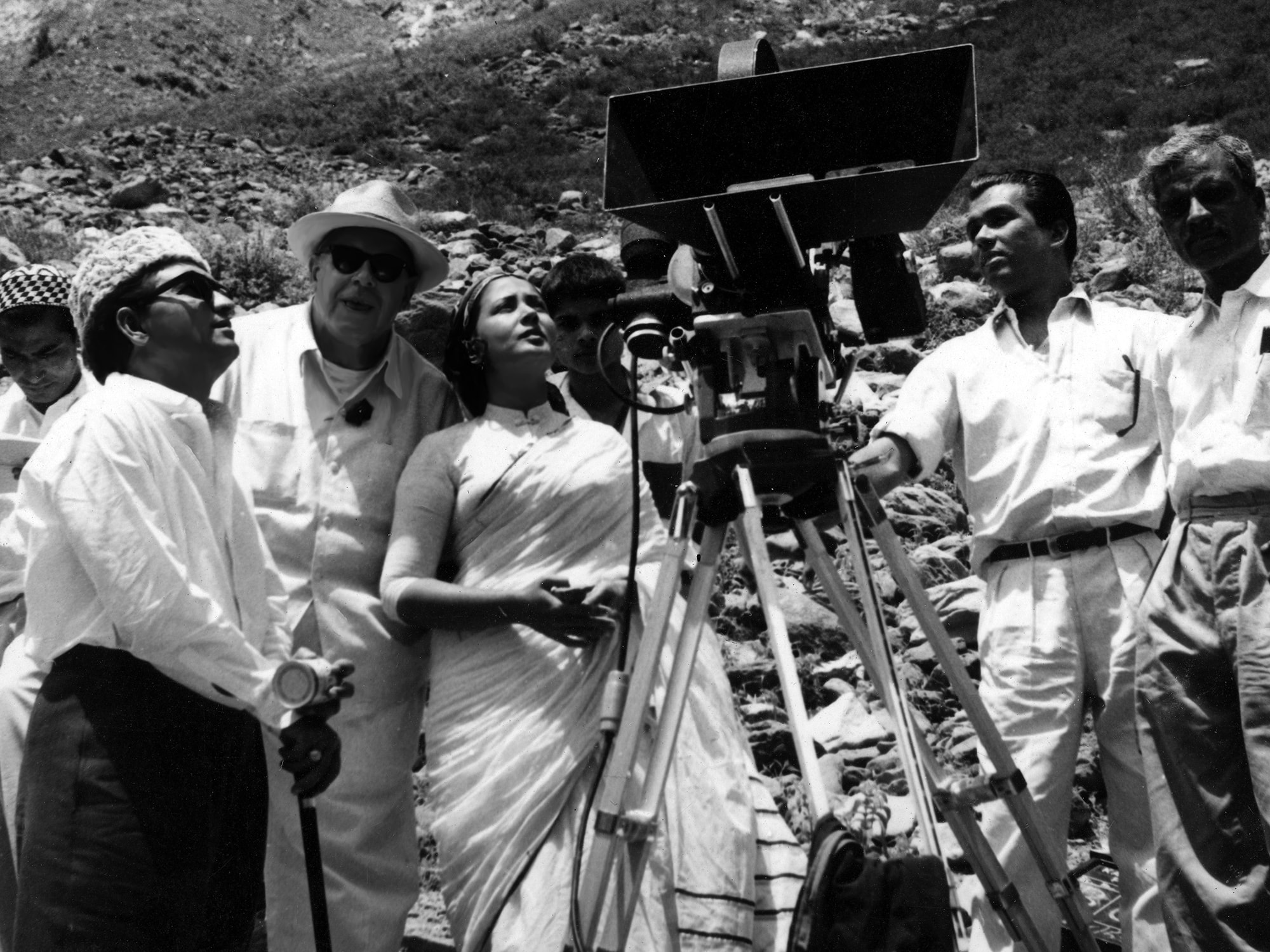Kamal Amrohi, Josef Wirsching, Meena Kumari and a few of Josef's assistants on an outdoor shoot in Kashmir for the filming of Dil apna aur Preet Parai which was released in 1959-min